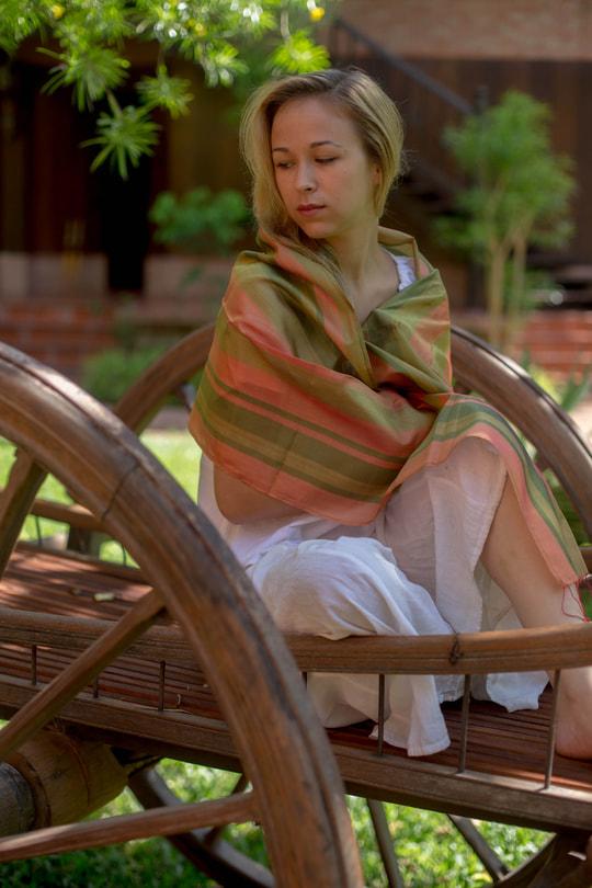 écharpe verte et orange en soie naturelle avec des franges rouges, lumineuse et douce