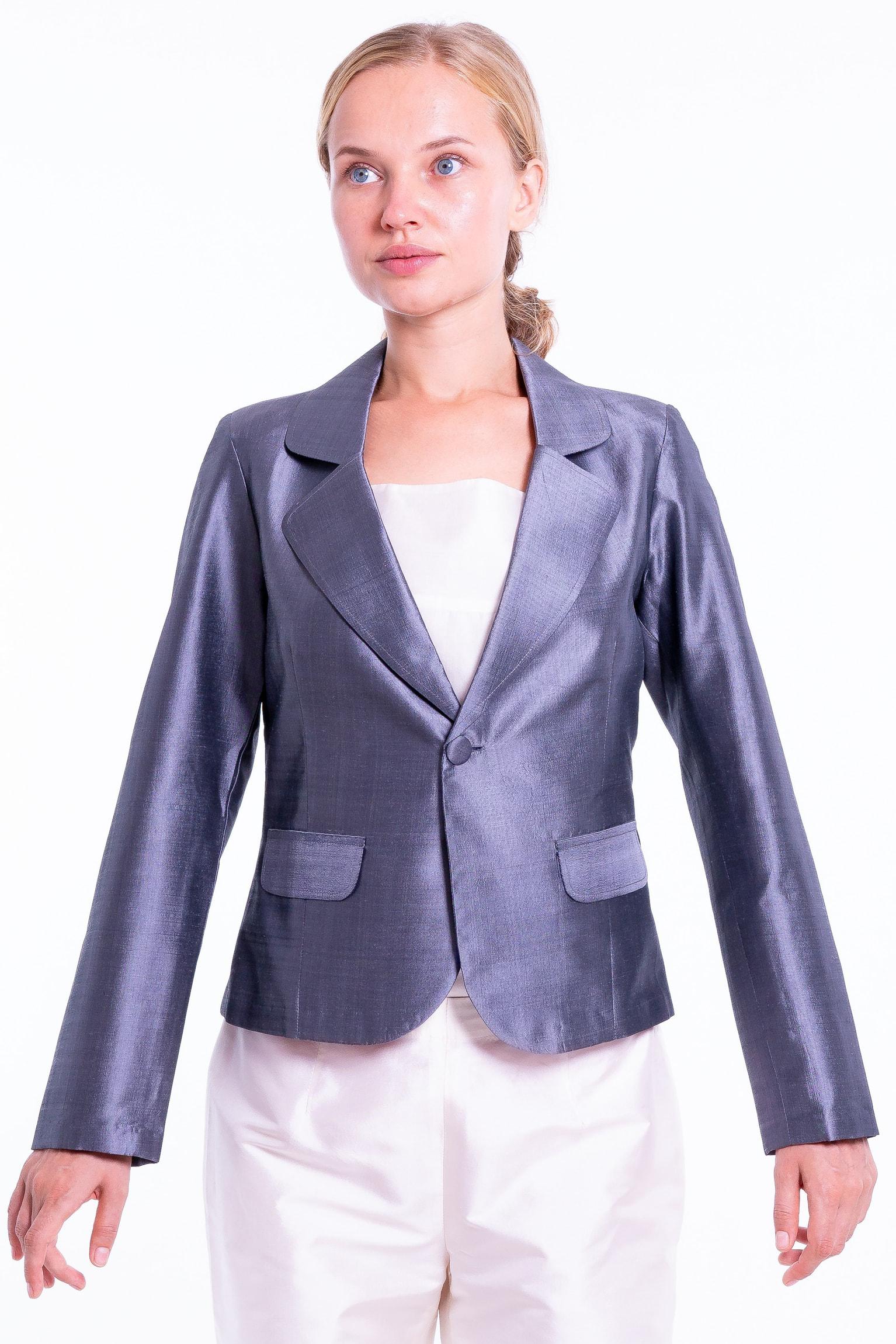veste spencer en soie de taffeta grise, cintrée, fausse poches passepoils à revers, col cranté, devant