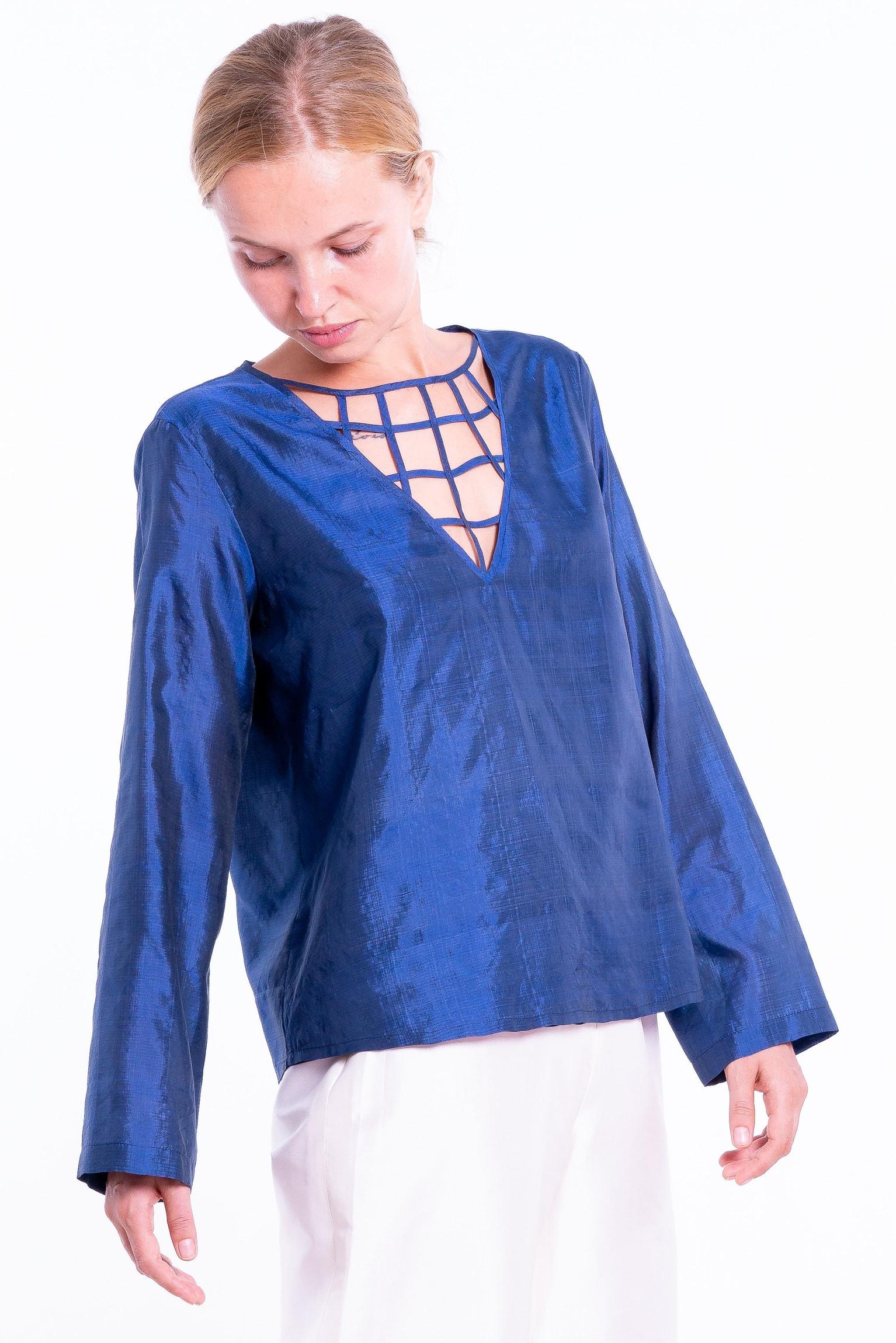 blouse bleue en soie naturelle avec entrelacs sur le décolleté, entièrement doublée, manches longues