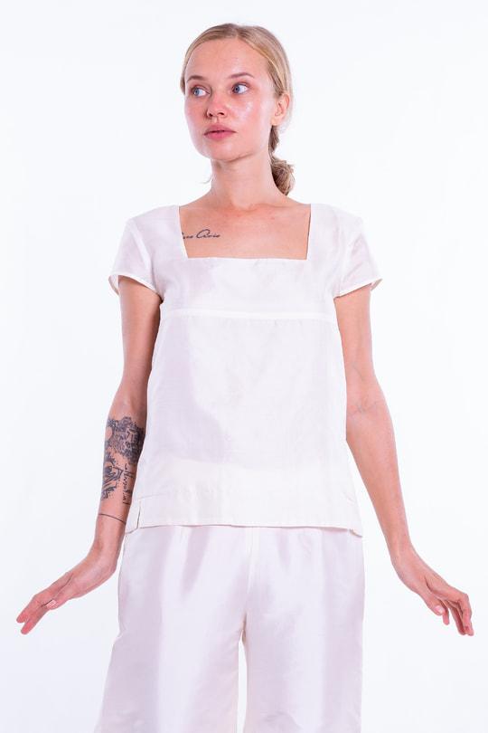 top en soie naturelle blanc cassé à manches courtes et encolure carrée, devant