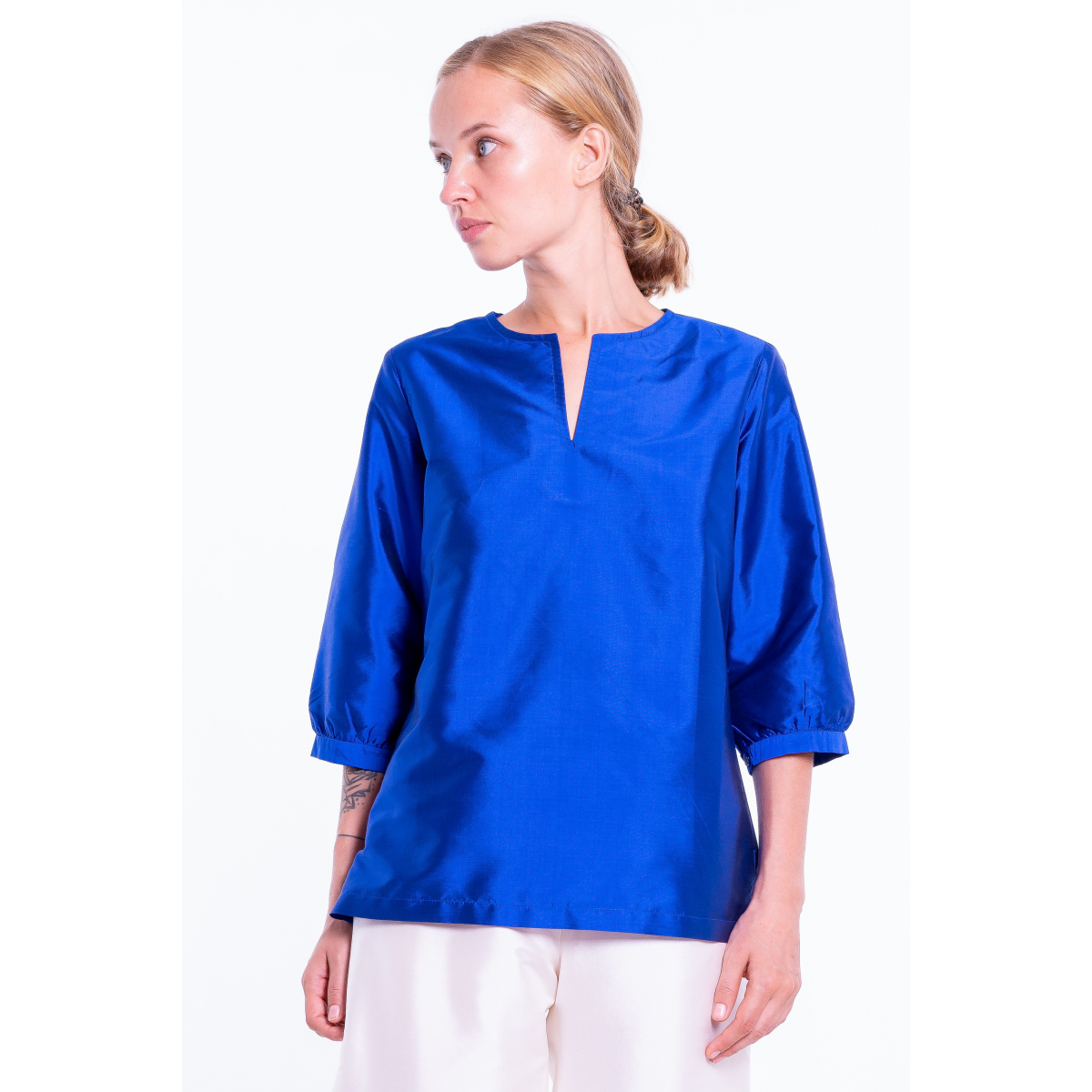 blue lazuli top in natural silk, three quarter length sleeves, tunisien neckline