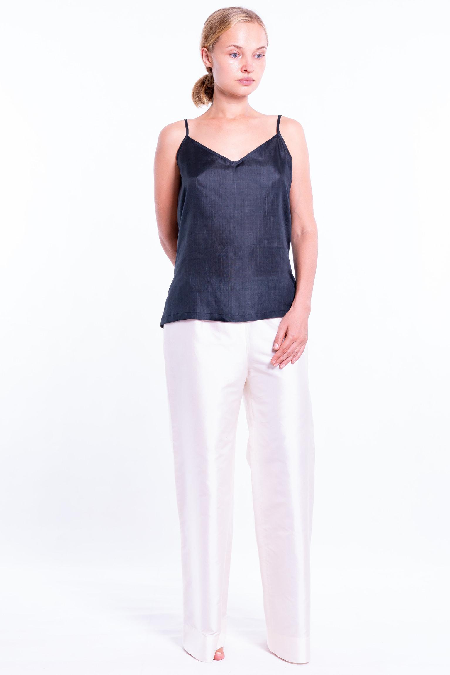 pantalon en soie naturelle blanc, zip invisible sur le côté, débardeur en soie naturelle noir