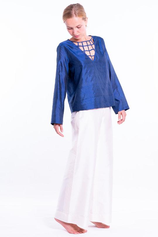 pantalon en soie naturelle blanc, zip invisible sur le côté, blouse bleue en soie naturelle