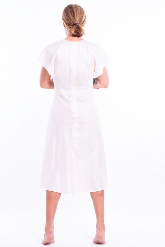 robe en mousseline de soie, taille marquée, manches évasées, décolleté en V profond, dos
