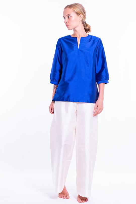 blouse en soie naturelle bleu lazuli, encolure de style tunisien, manches ballon, devant