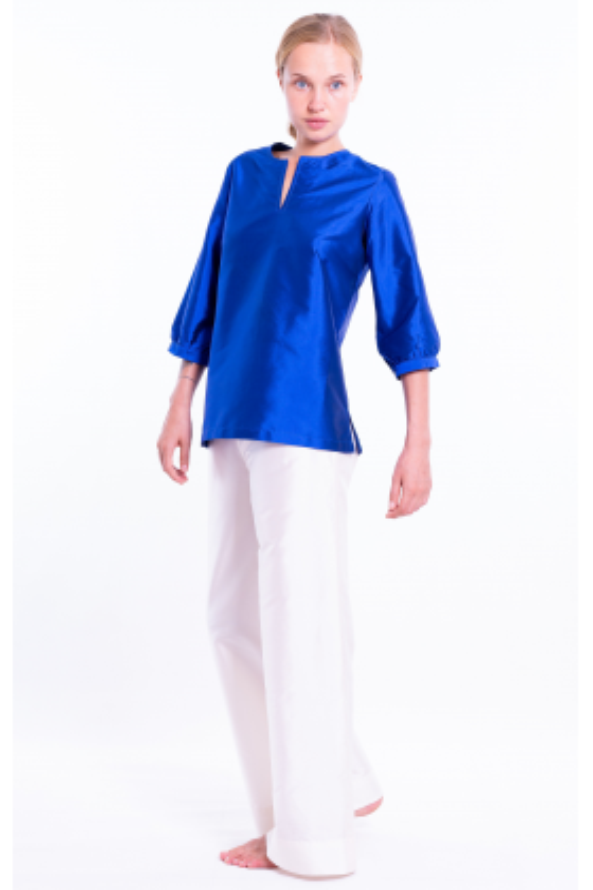 top en soie naturelle bleu électrique, encolure de style tunisien, manches ballon