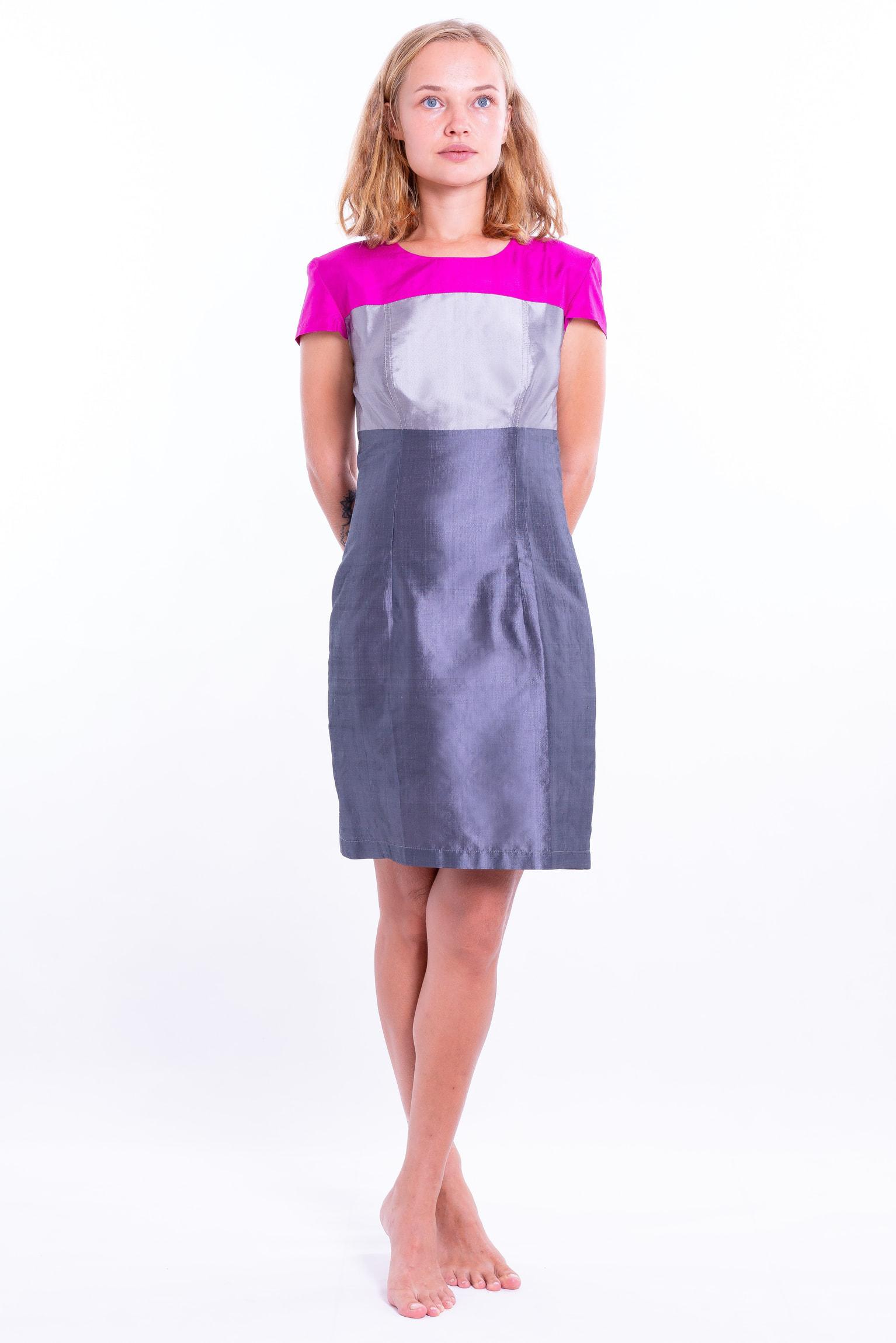 robe en soie naturelle gris ardoise avec un haut color block rose et argent, taille marquée et manches courtes, devant