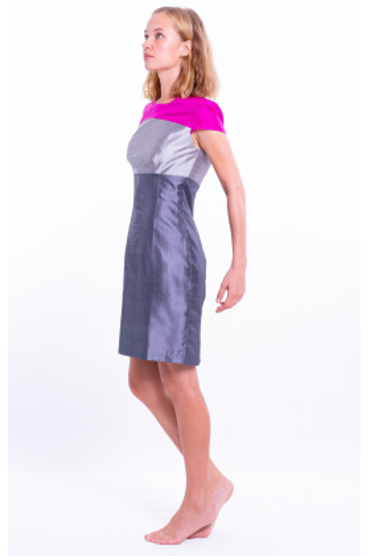 robe en soie naturelle gris ardoise avec un haut color block rose et argent, taille marquée et manches courtes