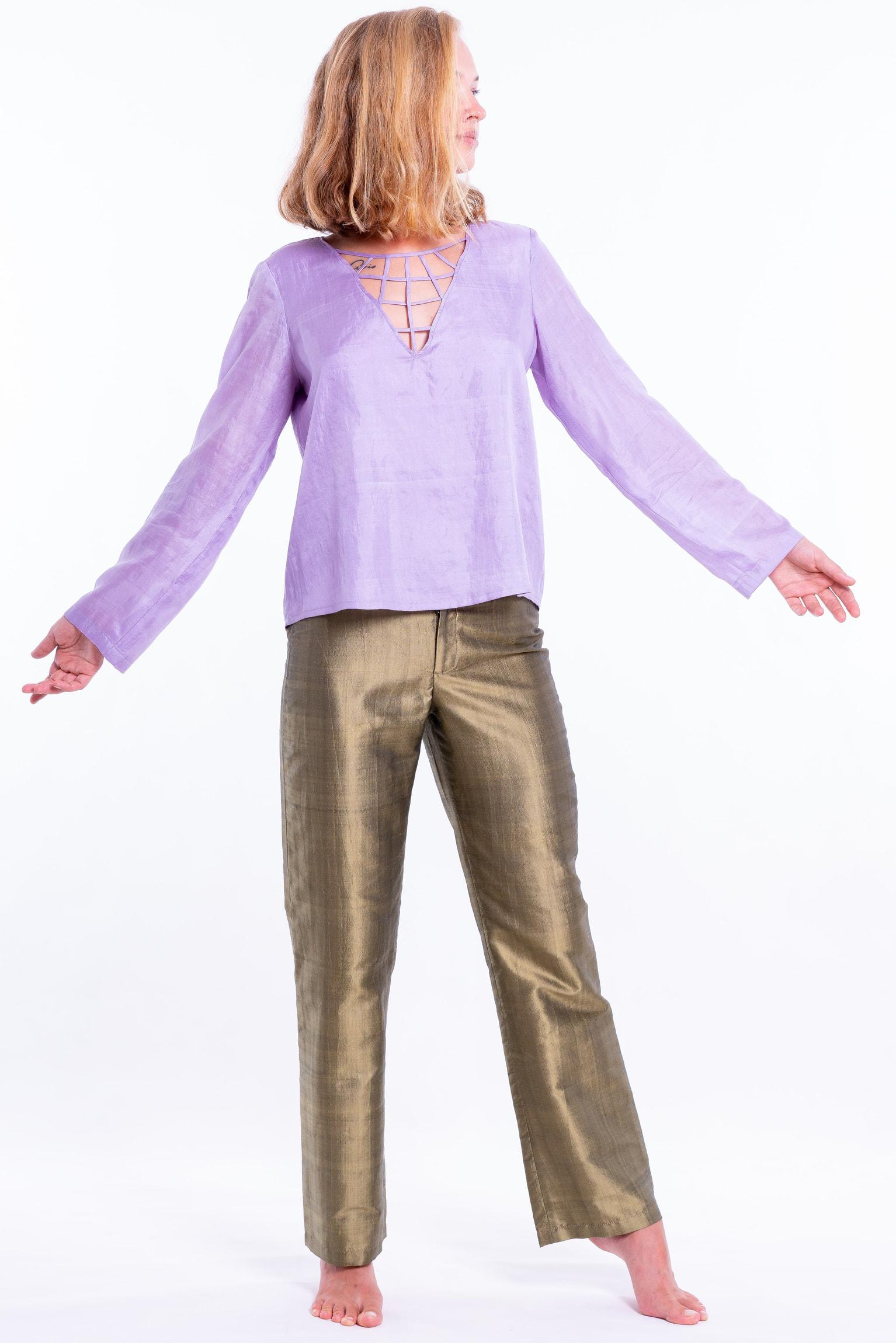 pantalon kaki en soie naturelle, coupe droite, ceinture à double boutonnage, top en soie naturelle lavande à manches longues