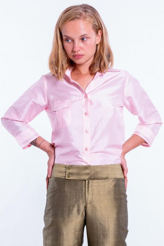 pantalon kaki en soie naturelle, coupe droite, ceinture à double boutonnage, chemise rose pâle en soie naturelle