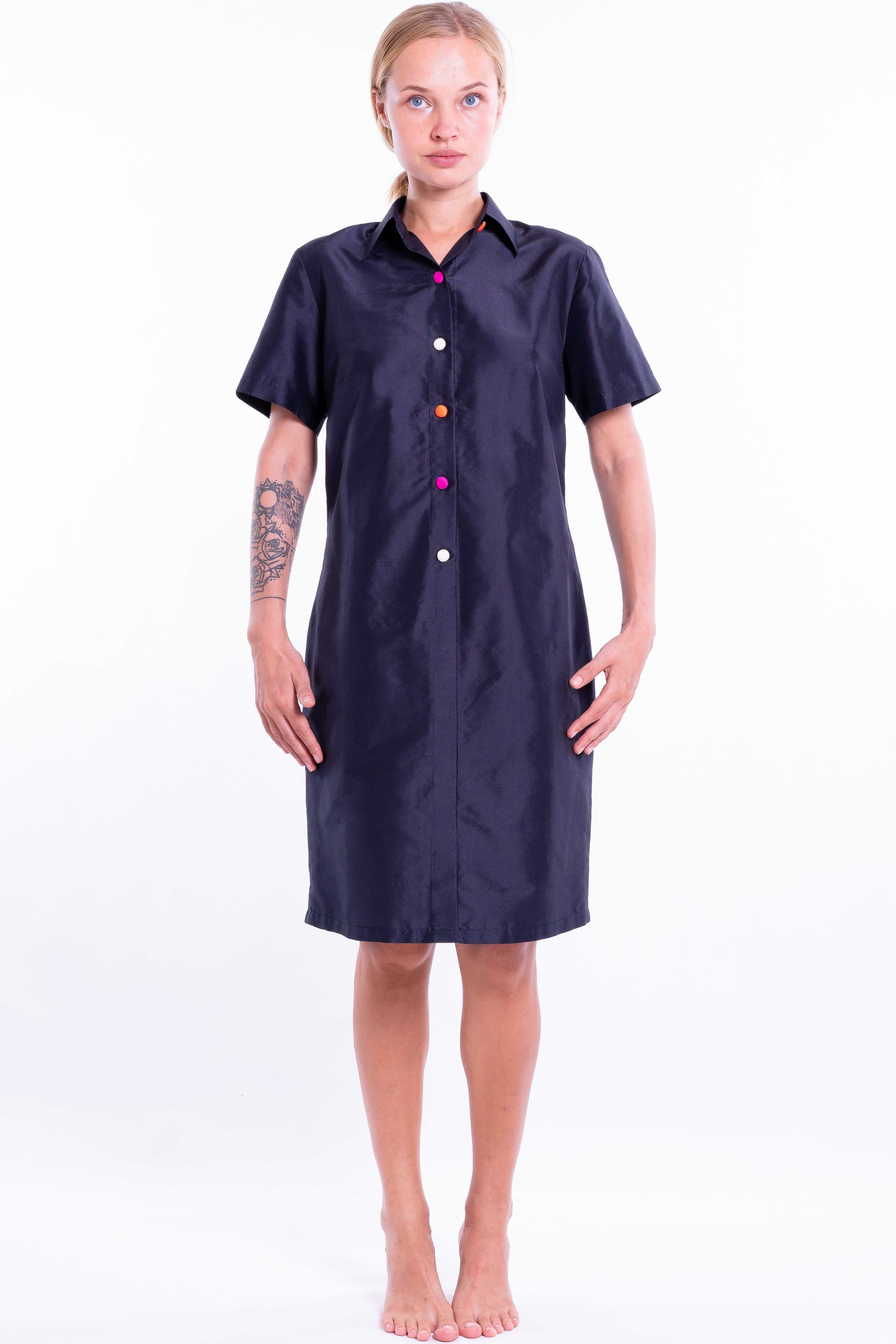 black dress in natural silk with short sleeves and colored buttons, tailored collar, front