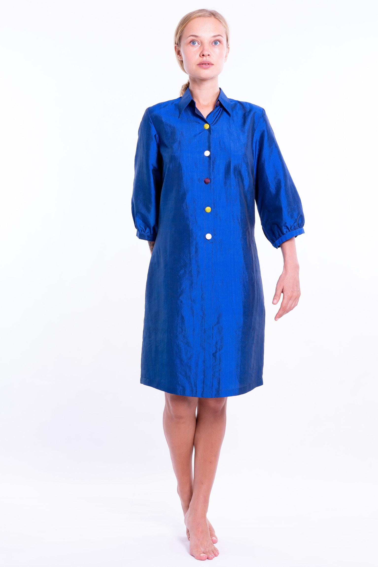 robe bleu lazuli en soie naturelle avec boutons colorés, manches trois-quarts, devant
