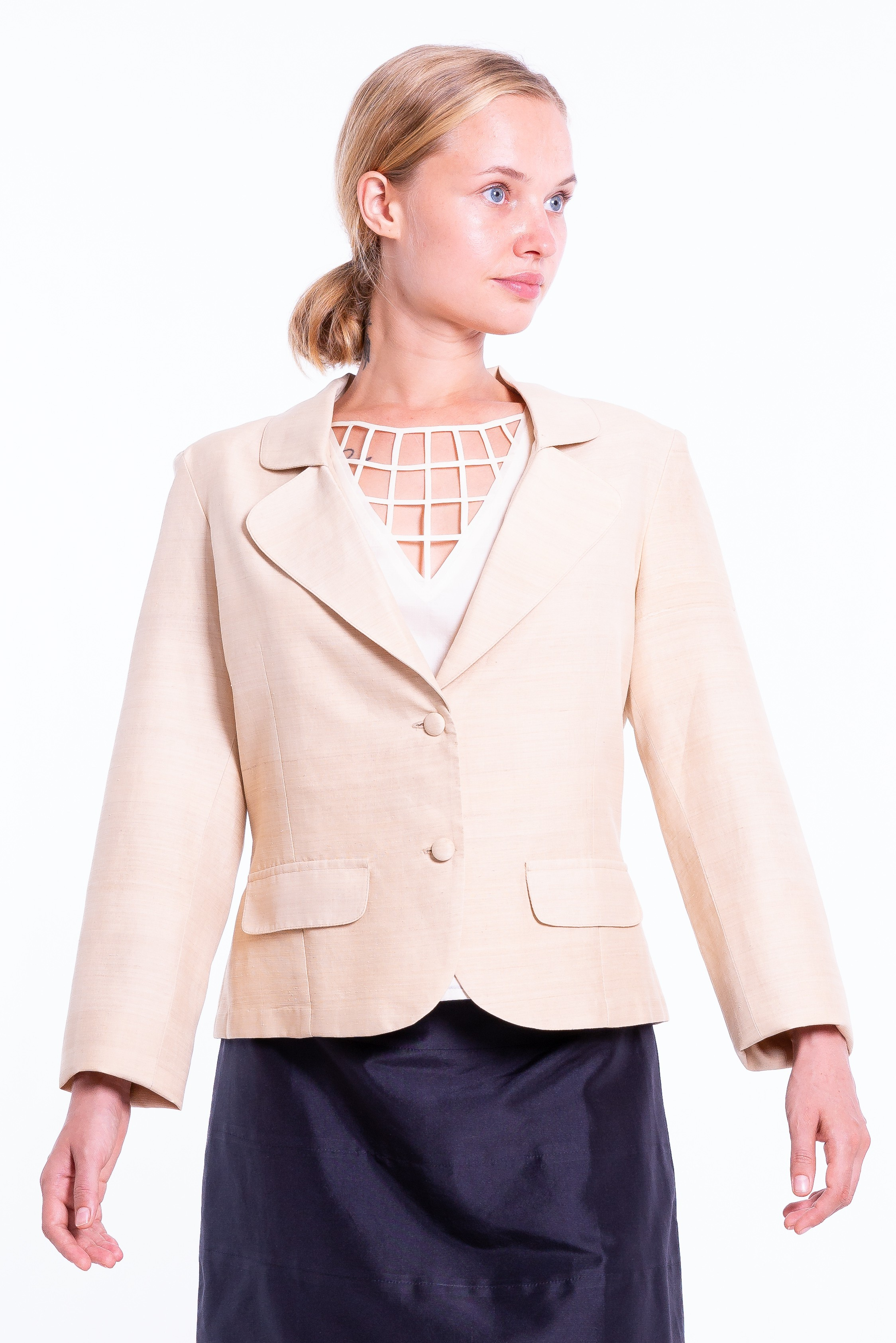 beige blazer in lotus fiber and natural silk, notched-collar and covered buttons, decorative flap pockets, wrinkle-free