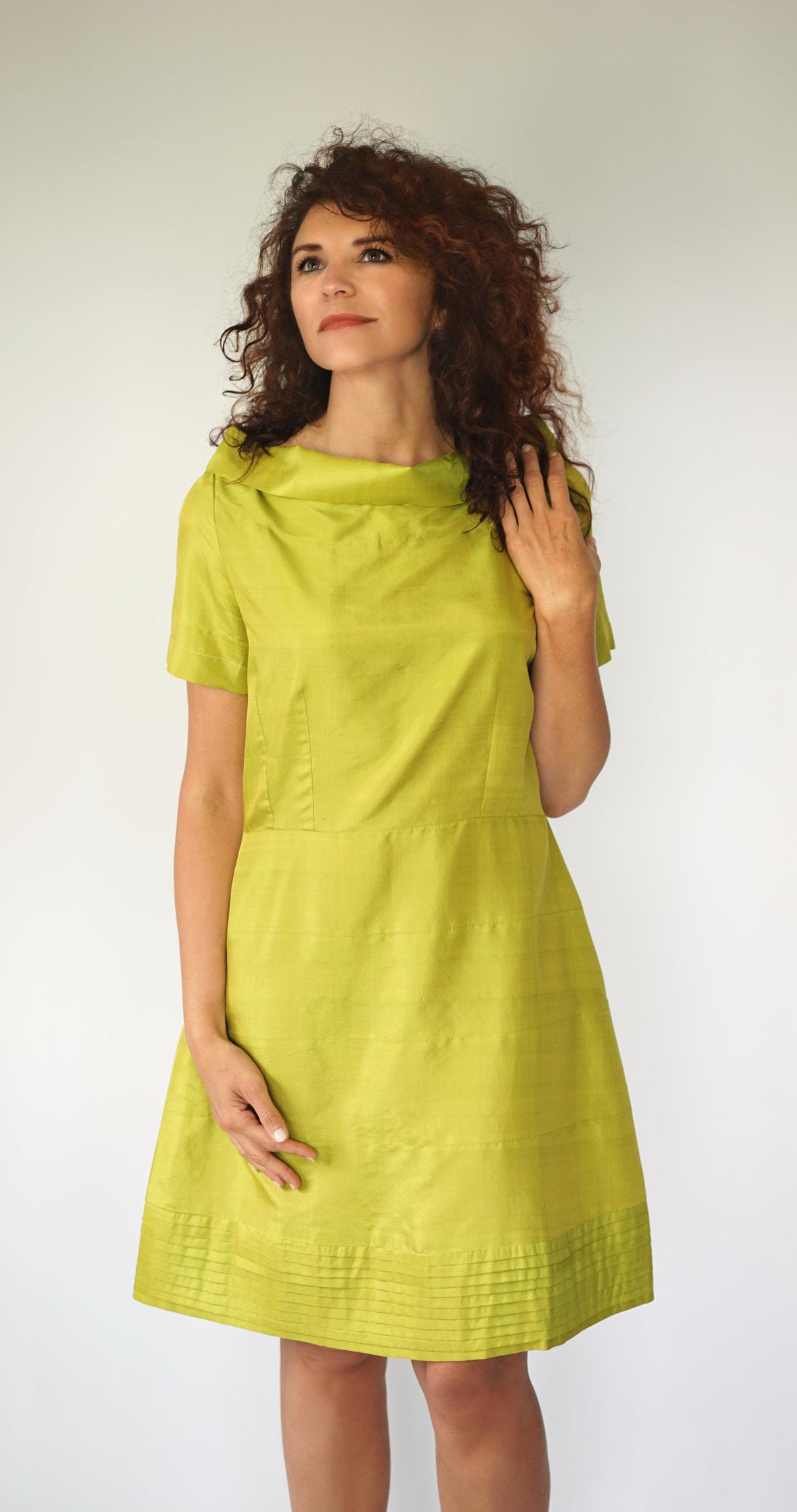 robe en soie naturelle vert absinthe, manches courtes, col bateau montant, ajustée à la taille