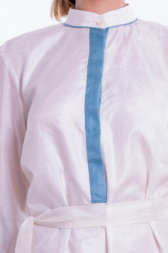 robe blanche en soie fine, esprit chemise, doublée, patte de boutonnage bleue, liseré au col, ourlet et poignets, fait main