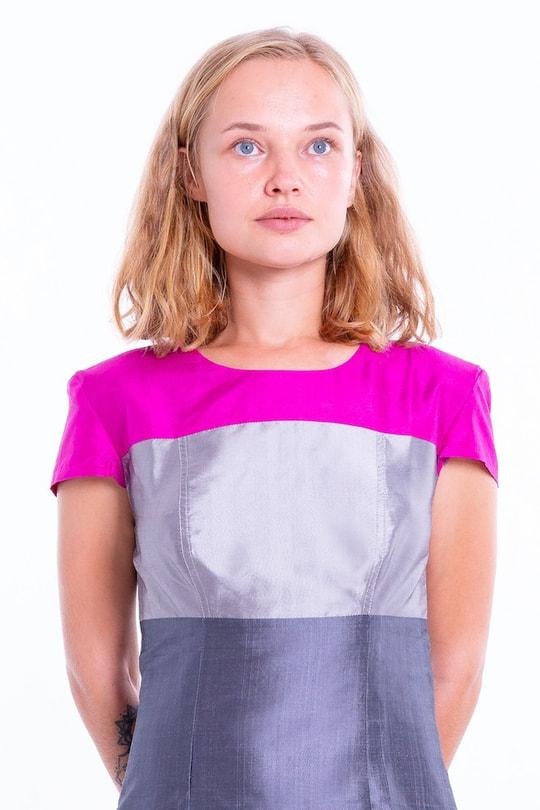 robe en soie naturelle gris ardoise avec un haut color block rose et argent, taille marquée et manches courtes, fait main