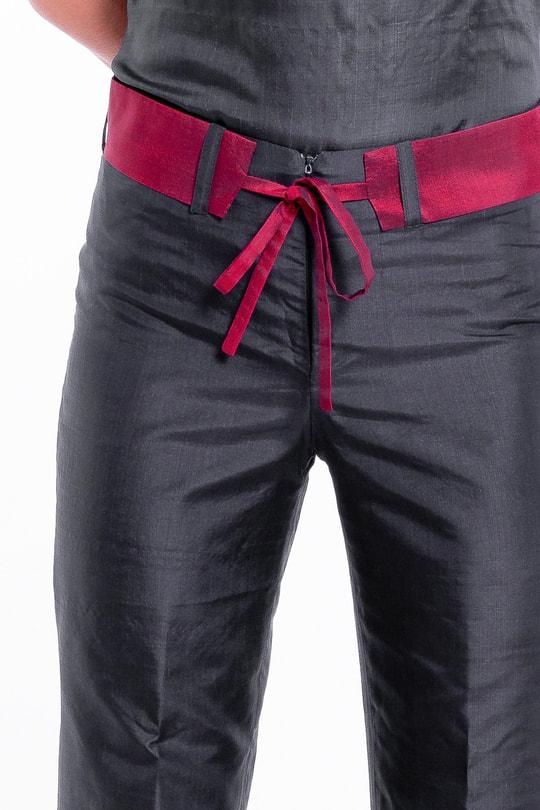 pantalon en soie naturelle noir et rouge griotte, coupe légèrement évasée, ceinture amovible, produit issu du commerce équitable