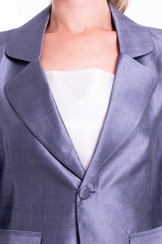veste spencer en soie de taffeta grise, cintrée, fausse poches passepoils à revers, col cranté, doublure coton