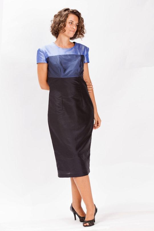 robe en soie naturelle avec blocs de couleur bleue, manches courtes, devant