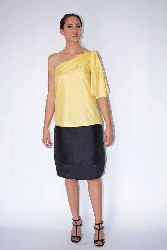 top one shoulder en soie naturelle jaune et jupe en soie noire, devant