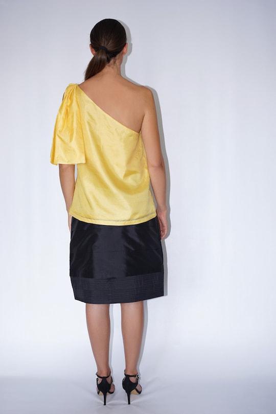 top one shoulder en soie naturelle jaune et jupe en soie noire, dos