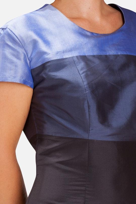 robe en soie naturelle avec blocs de couleur bleue, manches courtes, tissée à la main