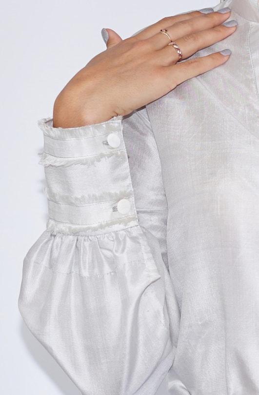 chemisier gris en soie naturelle issu du commerce équitable avec franges aux poignets